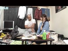 Мужик трахнул азиатскую девушку вибратором и отлизал в позе 69