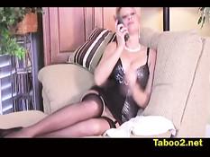 Зрелая блондинка Бриджит смазала хуй смазкой и подрочила руками