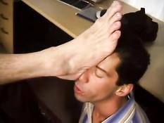 Голубой босс вызвал в кабинет работника, чтобы тот облизал ноги