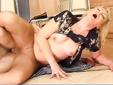 Зрелая русская женщина в колготках трахается с наглым пареньком