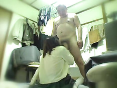 Скрытая камера снимает порно азиатской девушки и лысого мужика