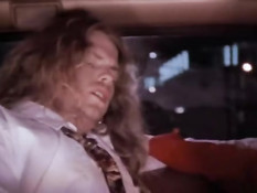 Грудастая блондинка в красном платье трахается в старинном такси