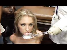 Мужики кончают девушкам на лицо и в посуду, а те глотают сперму