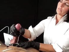 Дама в халате медсестры занимается извлечением спермы из члена