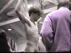 Скрытая камера в раздевалке подсматривает за голыми мужчинами