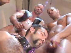 Развратные геи с татуировками занимаются групповым фетиш сексом
