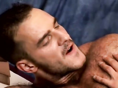 Парень сделал минет волосатому гею и на столе оттрахал в задницу