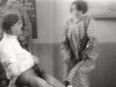 Дамочки из старинного порно фильма учатся сосать и ебаться раком