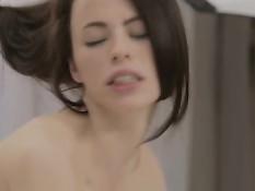 Две юные модели занимаются сексом с парнем во время фотосессии