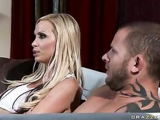 Мужчина отъебал на кровати порнозвёзд Nikki Benz и Britney Amber