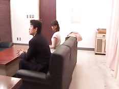 Японская домохозяйка занимается групповым сексом у своего врача