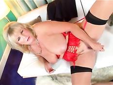 Грудастая старая блондинка на порнокастинге мастурбировала анус