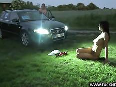 Девчонка трахается на капоте со своим инструктором по вождению
