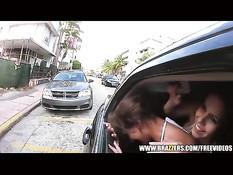 Две порнозвезды едут по городу в лимузине и трахаются с мужиком