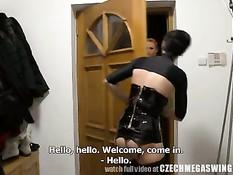 Чешские любители свинга занимаются сексом на одной из вечеринок
