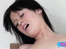 Молодая русская брюнеточка проснулась и принялась сосать член