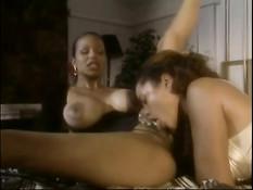 Две грудастые темнокожие лесбиянки занимаются оральным сексом