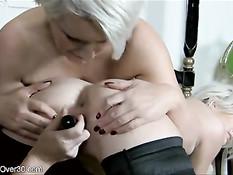 Три зрелые женщины на кровати решили заняться лесбийским сексом