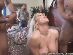 Два мужика смотрят как грудастая женщина занимается свинг сексом