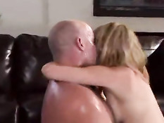 Здоровый мужик сексуально доминирует над блондинкой Lexi Belle