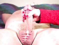 Его умелая зрелая жена одной рукой дрочит член и вытирает сперму