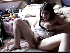 Девчонка с большими сиськами мастурбирует рукой и ласкает грудь