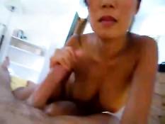 Китайская жена дрочит большой член и садится на мужчину сверху
