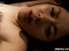 Мужчина в полутьме занимается сексом с японкой Akane Kuramochi