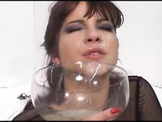 Девчонка с пирсингом в языке собирает в чашку сперму и выпивает