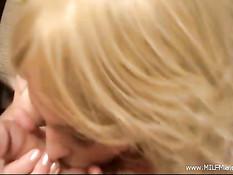 Возбуждённая блондинка энергично дрочит член и получает сперму