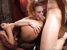 Сумасшедшая шлюха Audrey Hollander вместе с мужиком ебёт девку