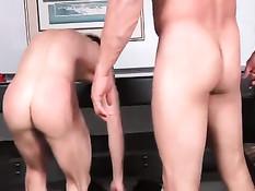 Старый мускулистый гей дал пареньку отсосать и отодрал в задницу