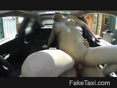 Распутная женщина согласна оплатить поездку в такси своим телом