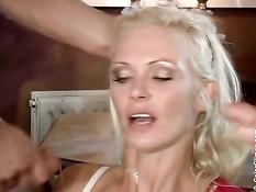 Немецкая блондиночка Vivian Schmitt ебётся с парнями в ресторане