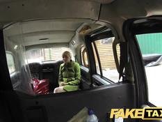 Молодую леди отодрали в попу после поездки в фальшивом такси
