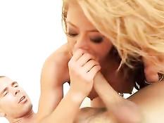 Анальное порно видео с грудастой сексуальной девушкой Mia Lelani