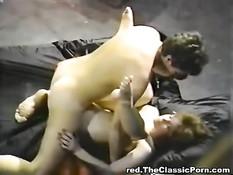 Сисястая девушка занимается анальным сексом в классическом порно