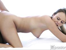 Девушка с красивым телом Alexis Adams раздевается и делает минет