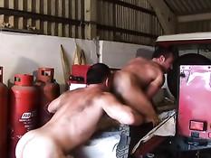 Два мускулистых гея в джинсах отсасывают и занимаются любовью