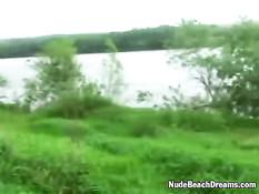 Две страстные русские девушки трахаются с парнем на берегу реки