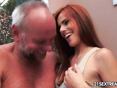Пожилой мужик трахнул рыжую Susana Melo и залил спермой живот