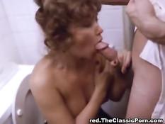 Зрелая женщина в ванной занимается любовью с молодым парнем