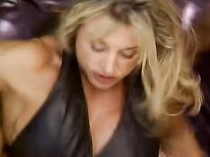 Мускулистая немецкая зрелая женщина трахается с двумя парнями