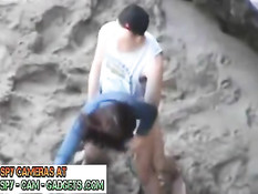 Скрытая камера сняла порно, как молодая пара трахается на пляже