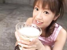 Японская девушка набирает полную чашу спермы и выпивает до дна