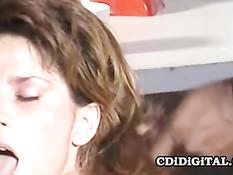 Порно звезда 80-х Rachel Ashley занимается сексом с двумя парнями