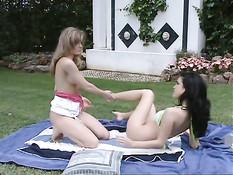 Две молодые лесбиянки на поляне делают куннилингус и анилингус