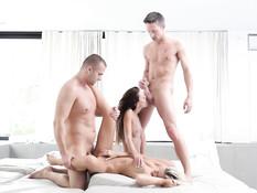 Жёсткая групповая секс оргия с девушками Dido Angel и Gina Devine