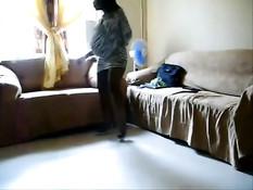 Беременная негритянка с большим животиком танцует перед камерой