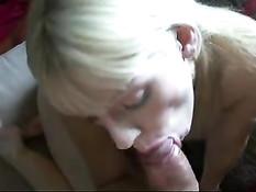 Беременная блондинка Laya Leighton сжимает сиськи и сосёт пенис